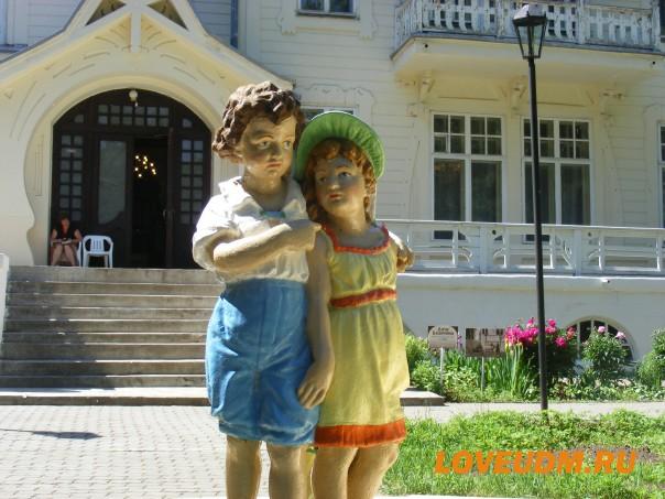 фигурка фальчик с девочкой