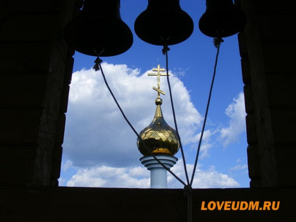 храм в Паздерах крест и колокола