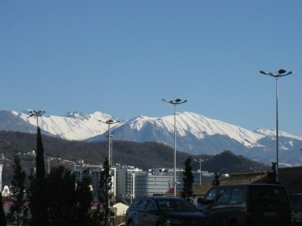 Олимпийский парк со всех сторон окружен живописными горами