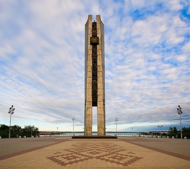 площадь у монумента